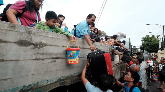 Stranded passengers from Tabaco port are evacuated by the local government in Tabaco City, Albay province on December 24, 2016 after their seafaring vessels were prohibited from