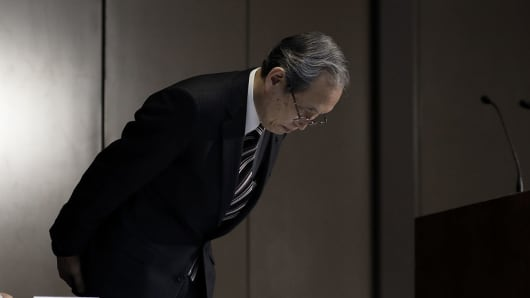 Satoshi Tsunakawa, president and CEO of Toshiba, bows as he arrives for a news conference in Tokyo, Japan, on Tuesday, December 27, 2016.
