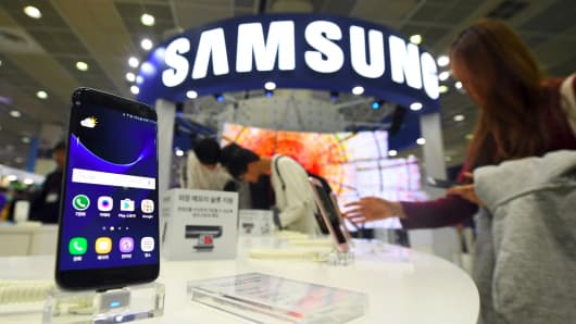 Visitors experience Samsung Galaxy S7 and S7 Edge devices during the Korea Electronics Grand Fair at an exhibition hall in Seoul on October 27, 2016.
