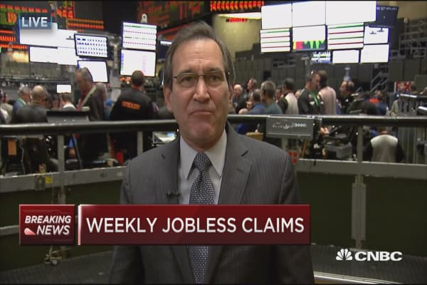 Weekly jobless claims drops to 235,000