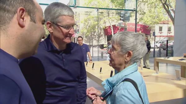 Apple cuts Tim Cook's 2016 pay