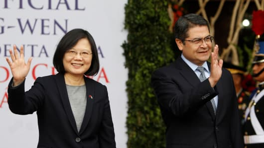 Tegucigalpa, HondurasTaiwan's President Tsai Ing-wen (L) and her Honduran counterpart Juan Orlando Hernandez wave during a visit to the Presidential House in Tegucigalpa, Honduras January 9, 2017.