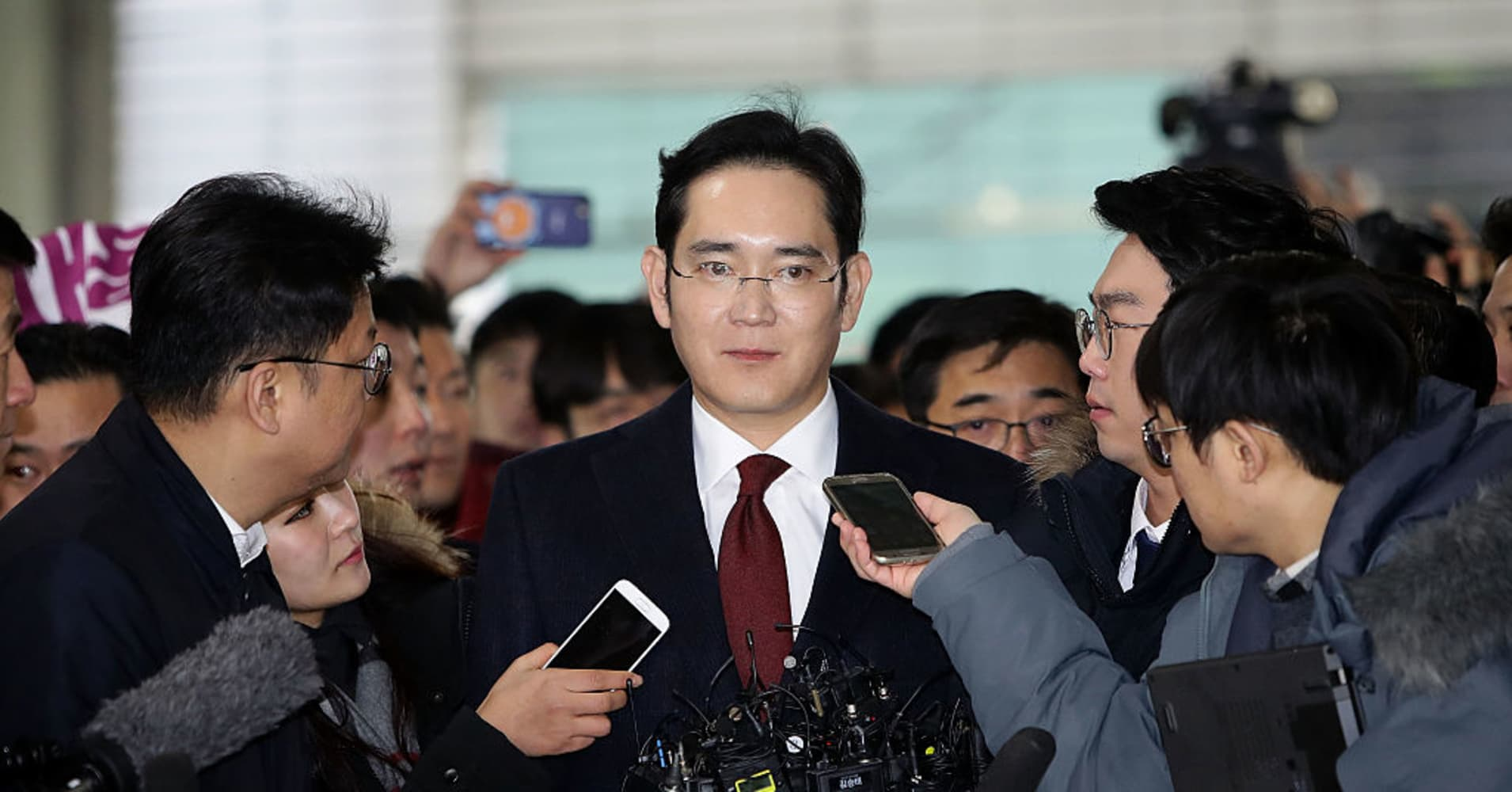 Samsung leader Lee arrives for questioning by prosecutors
