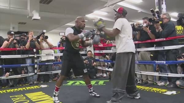 Floyd Mayweather says he offered Conor McGregor $15M for fight