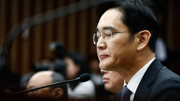 Samsung boss faces arrest as corruption scandal grows