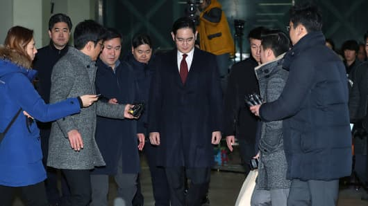 Jay Y. Lee (C), co-vice chairman of Samsung Electronics Co., center, leaves the special prosecutors' office in Seoul, South Korea, on Friday, Jan. 13, 2017.