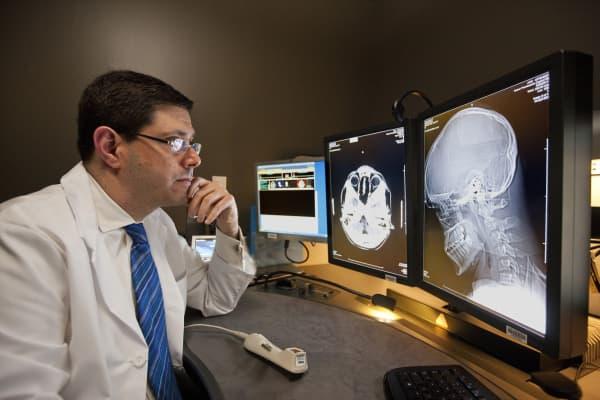 Dr. Bruce Wollman, a Kaiser Permanente radiologist