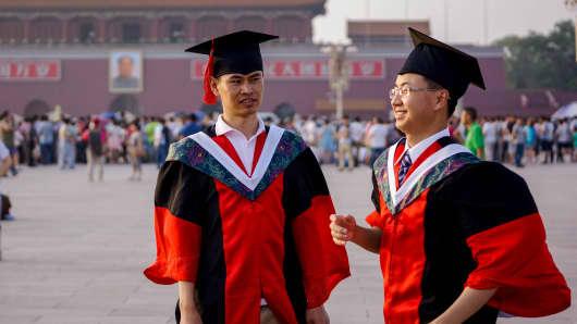 Graduates from Peking Union Medical College take commemorative photos in Tienanmen Square.