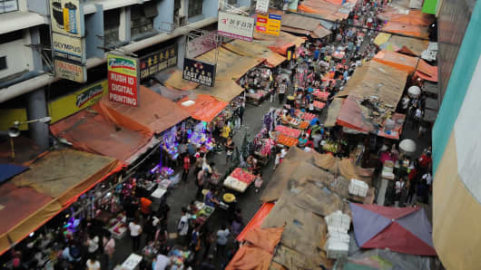 People walk through market stalls at the Carriedo district in Manila, Philippines on Tuesday, 22 November 2016.