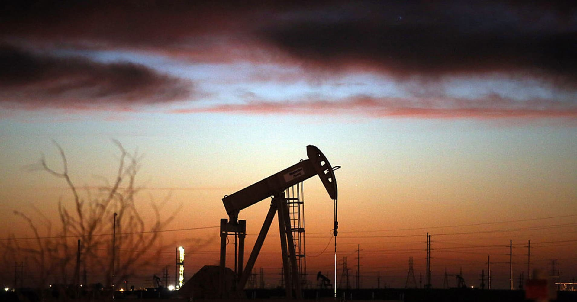 Oil prices slip in line with bearish equities