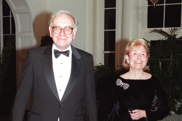 Warren Buffett (L), chairman and CEO of Berkshire Hathaway, arrives with his first wife Susan at the White House for a state dinner on Feb. 5th, 1998.