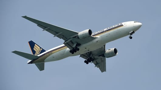 A Singapore Airlines 777 plane prepares to land at Changi International airport in Singapore on April 8, 2016.