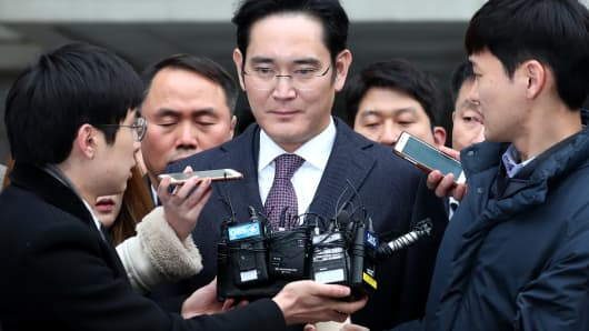 Members of the media approach Jay Y. Lee, co-vice chairman of Samsung Electronics Co., center, as he leaves the Seoul Central District Court in Seoul, South Korea, on Wednesday, Jan. 18, 2017.