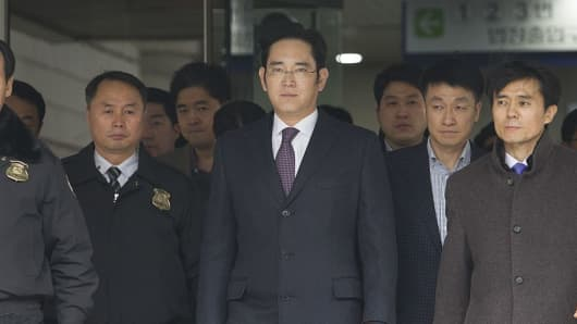 Samsung vice Chairman Lee Jae-yong (C) leaves the Seoul Central District Court after the hearing on his arrest warrant in Seoul, South Korea on January 18, 2017.