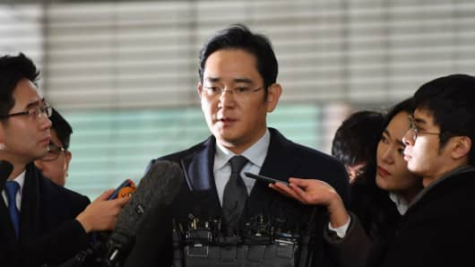 Lee Jae-Yong (C), vice chairman of Samsung Electronics, arrives to be questioned as a suspect in a corruption scandal that led to the impeachment of South Korea's President Park Geun-Hye, at the office of the independent counsel in Seoul on February 13, 2017.