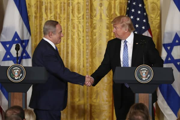 President Donald Trump (R) and Israel Prime Minister Benjamin Netanyahu (L) shake hands during a joint news conference at the East Room of the White House February 15, 2017 in Washington, DC.