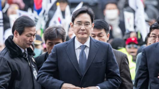 Samsung Electronics Vice Chairman Lee Jae-yong (front) enters a Seoul court for hearings in Seoul, South Korea, on Feb. 16, 2017.