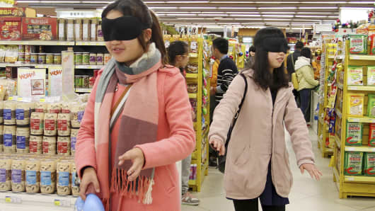 Chinese shoppers blindfolded