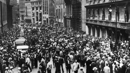 KRACH DE 1929 A NEW YORK : LA FOULE DEVANT WALL STREET