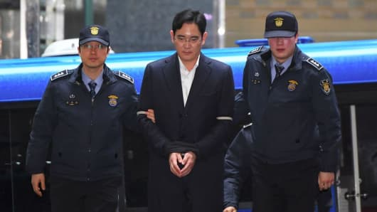 Lee Jae-Yong (C), vice chairman of Samsung Electronics, arrives for questioning at the office of a special prosecutor investigating a corruption scandal in Seoul on February 22, 2017.