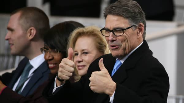 Incoming Energy Secretary Rick Perry (R) gives a double thumbs up during the Inaugural Parade for U.S. President Donald J. Trump January 20, 2017 in Washington, DC.