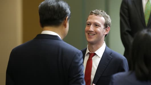 Facebook Chief Executive Mark Zuckerberg speaks with Chinese President Xi Jinping.