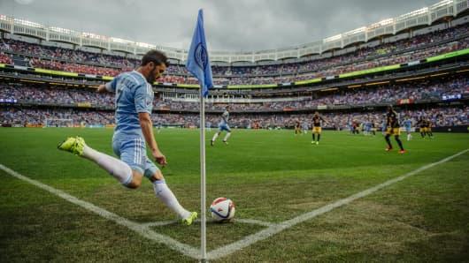 New York City FC's David Villa takes a corner kick.
