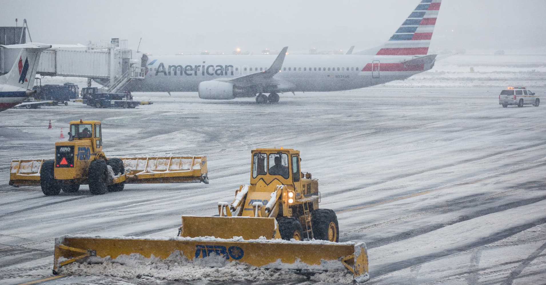 Early spring nor'easter grounds more than 4,300 flights