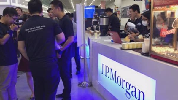 JPMorgan steps up recruitment efforts with pop-up cafes
