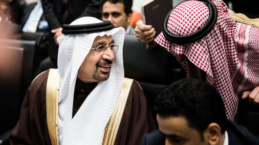 Khalid Al-Falih, Saudi Arabia's energy and industry minister, speaks to a member of his delegation ahead of the 171st Organization of Petroleum Exporting Countries (OPEC) meeting in Vienna, Austria, on Wednesday, Nov. 30, 2016.