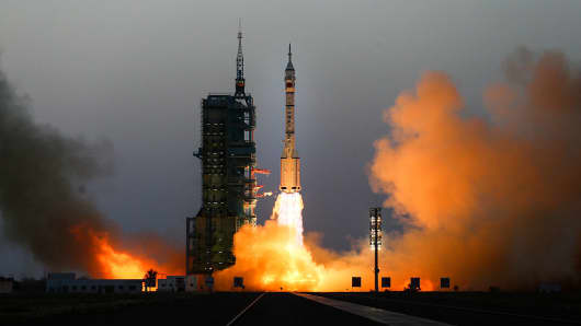 The Long March-2F rocket carrying Shenzhou 11 manned spacecraft blasts off from launch pad on October 17, 2016 in Jiuquan, China.