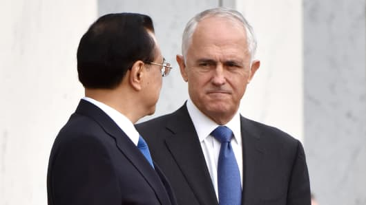Australia's Prime Minister Malcolm Turnbull looks at China's Premier Li Keqiang on March 23, 2017. Australia urged China on March 23 to press ahead with economic reforms as Li began a trade-focused visit amid growing fears of a U.S. slide towards protectionism.