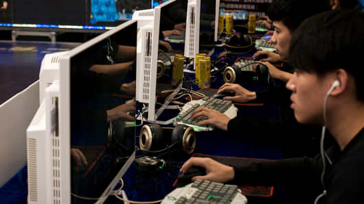 Players compete in an e-sports match on 22 Oct., 2016.