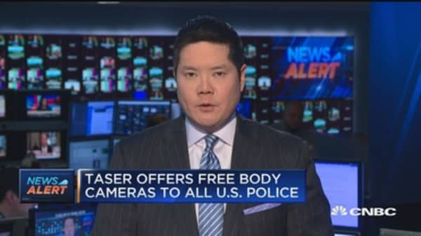 Taser offers free body cameras to all US plice