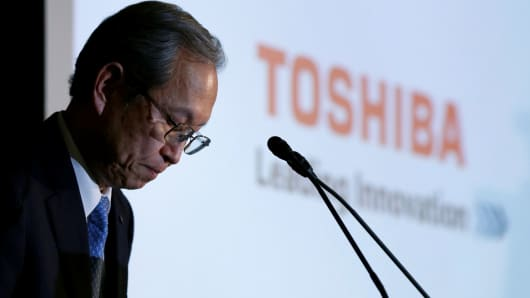 Toshiba Corp CEO Satoshi Tsunakawa bows as the start of a news conference at the company's headquarters in Tokyo, Japan, April 11, 2017.