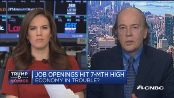 Job openings hit 7-month high: Economy in trouble?