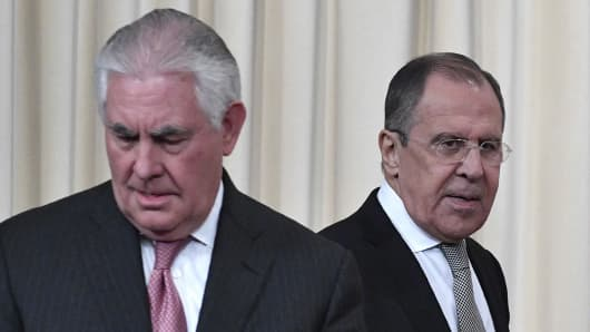 Russian Foreign Minister Sergei Lavrov (R) and US Secretary of State Rex Tillerson arrive to attend a press conferece after their talks in Moscow on April 12, 2017.