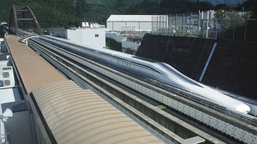 A JR Central L0 series 5-car maglev train undergoing test-running on the Yamanashi Test Track.