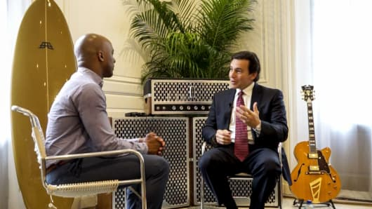 CNBC's Jon Fortt (l), seated with Ford CEO Mark Fields (r).
