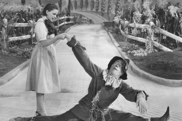 Judy Garland as Dorothy and Ray Bolger as the Scarecrow in the MGM film 'The Wizard of Oz', 1939.