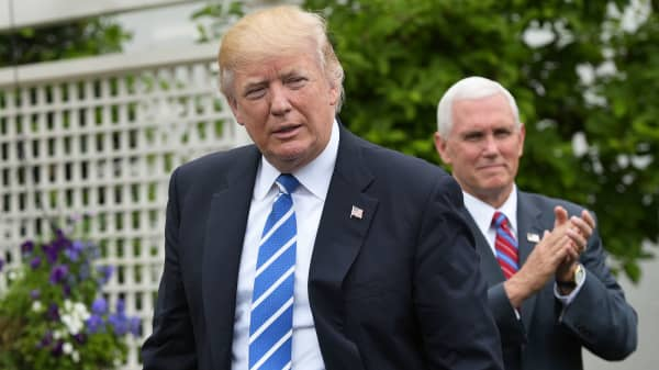 Vice President Mike Pence (R) applauds President Donald Trump during an event for the Independent Community Bankers Association in the Kennedy Garden of the the White House on May 1, 2017 in Washington, DC.