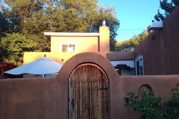 "Santa Fe house. Inscription reads, ""Come one, come all."" Photo by author."