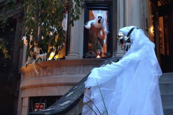 Brownstone buildings decorated for Halloween. Photo by the author.