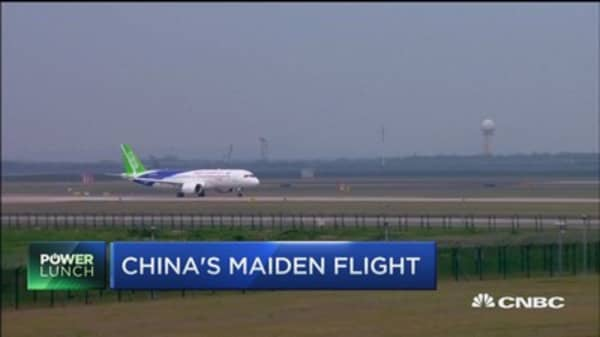 China's first domestic airplane makes maidenflight
