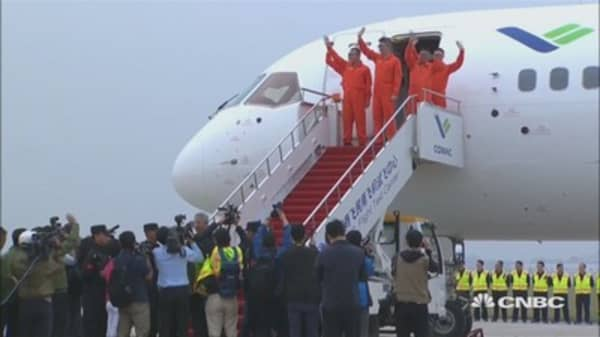 China's first giant passenger jet takes its maiden test flight