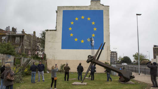 Graffiti artist Banksy has unveiled his latest piece about Brexit in Dover, United Kingdom.