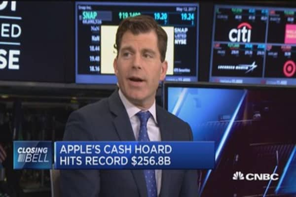 Apple's cash hoard hits record $256.8B