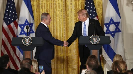 U.S. President Donald Trump (R) and Israel Prime Minister Benjamin Netanyahu (L) shake hands during a joint news conference at the East Room of the White House February 15, 2017 in Washington, DC.