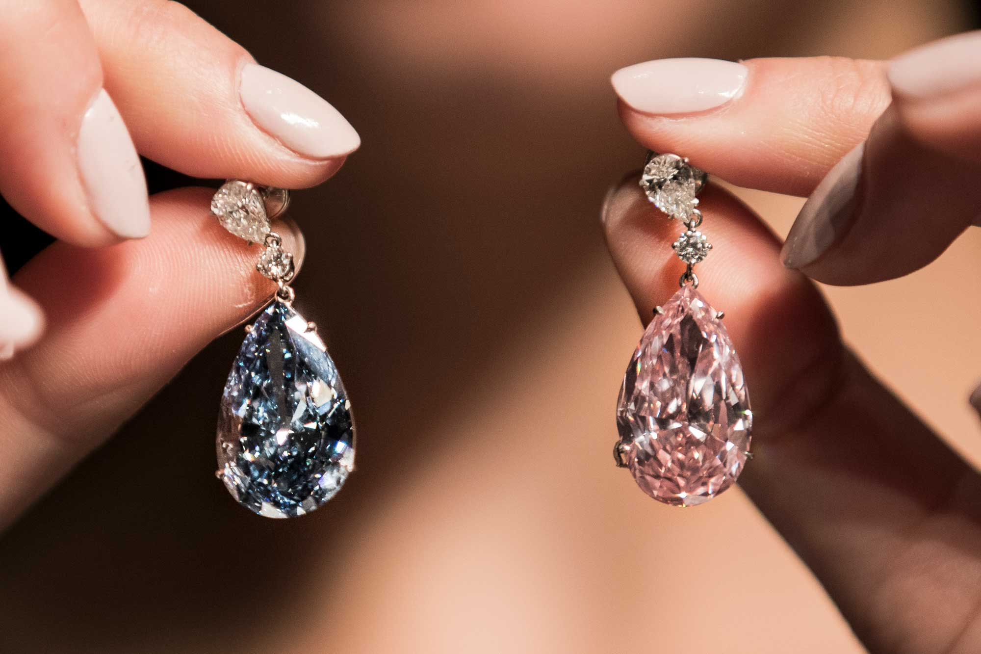 grading up vivid weighing dollars worth type puts apollo blue purity flawless a fancy earrings internally sothebys articles diamond iib sale million for s sotheby