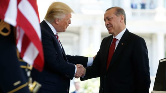 President Donald Trump (L) welcomes Turkey's President Recep Tayyip Erdogan at the entrance to the West Wing of the White House in Washington, May 16, 2017.